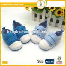 Los zapatos de bebé suaves baratos superventas del deporte de la lona del algodón calzan los zapatos de bebé de China