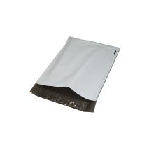 Saco de embalagem de t-shirt de cor branca com selo adesivo