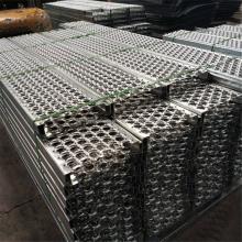 Segurança serrilhada do metal que risa degraus de escada industriais