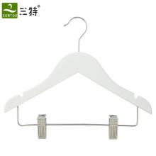 Colgador de madera color blanco para niños ropa con clips