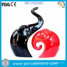 Домашнее украшение с красным и черным слоном