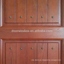 Puertas de panel decorativo interior de madera de roble rojo.