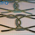 Hierro hecho a mano en guarniciones de la sandalia con los ornamentos cristalinos claros y del diamante