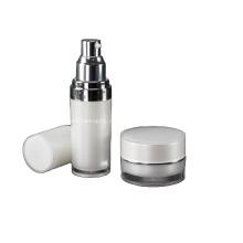 Rundes Set mit Acryl-Lotionsflasche und Glas
