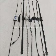 Mercancía Etiquetas colgantes en blanco con cadena en blanco