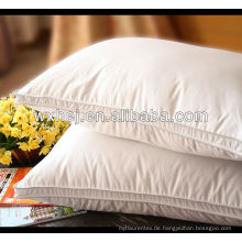 weiße komfortable Fluggesellschaft oder Hotel Beding Kissen