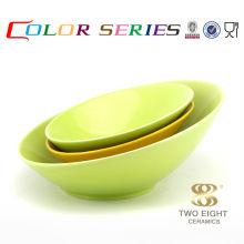 Tazón de fuente de ensalada de fruta funky de la comida de la porcelana con tenedor y cuchara