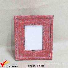 Mesa roja elegante que se coloca los marcos apenados de la foto