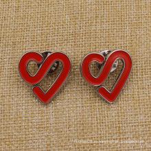 Металлический красный значок формы сердца с выступом бабочки