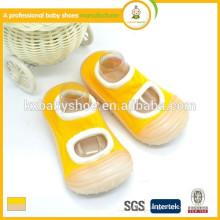 Los zapatos de bebé al por mayor los zapatos de bebé cómodos del calcetín de la manera más nueva de los estilos
