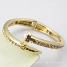 El metal 18k plateó las mujeres de lujo de moda las muchachas Pearl el brazalete del diamante con el resorte