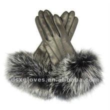 Las mujeres de invierno visten guantes de cuero