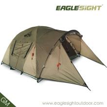 La lumière de tente de camping de voyage se pliant pour une tente de randonneur d'un homme