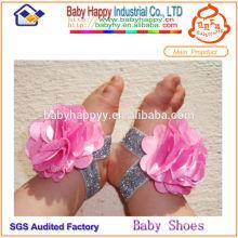 Zapatos de bebé lindos con estilo respetuosos del medio ambiente caminando descalzo