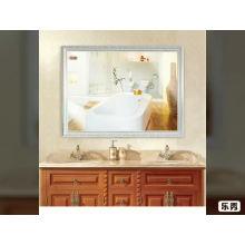 Роскошное настенное зеркало в ванной комнате, обрамленное полистиролом