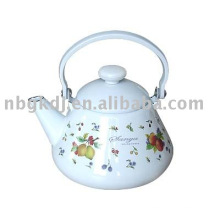 эмалированный чайник с бакелитовой ручкой и ручкой