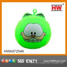 Lustige, blinkende, flauschige Kugel leuchtet tierischen Pufferball