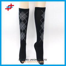 Колено японского чулка девушки высоко спортивные носки, компрессионный рукав теплее ноги