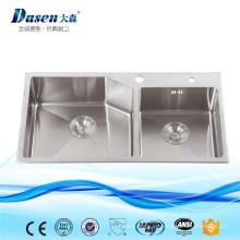 El nuevo equipo de cocina industrial utilizó los fregaderos de cerámica comerciales del acero inoxidable