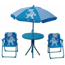 Niños baratos que doblan la silla y la tabla de playa con el paraguas