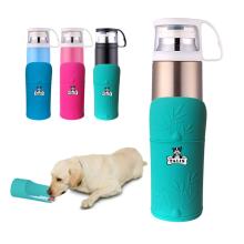 Garrafa de água conveniente isolada do curso do cão