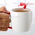 Tasse de thé de porcelaine de 280cc avec la poignée enduite en caoutchouc et l'infuseur de papillon