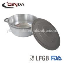 Verser le pot de casserole d'aluminium de fonte
