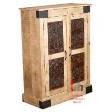 Armário de madeira com escultura