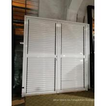Puerta de aluminio con persianas ajustables.
