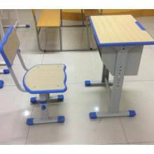 Holztisch und Stuhl zum Verkauf