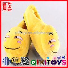 Sapatos de cocô personalizado bonito de pelúcia emoji chinelos / venda Quente emoji sapatos de pelúcia para venda / Emoji Travesseiro sapatos