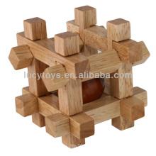 Bola de madeira na caixa do enigma do cubo