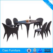 Открытый специальному плетению ротанга обеденный стол и стулья
