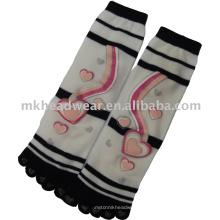Las muchachas hicieron punto el calcetín del cinco-dedo del pie del algodón con la impresión del corazón