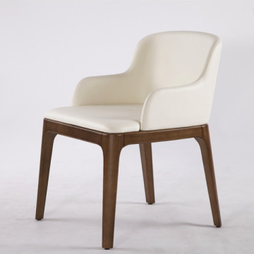 Emmanuel Gallina Poliform dinant la chaise Grace Armchair