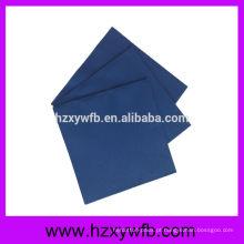 Um guardanapo de papel dos guardanapo de papel extravagante da dobra decorado