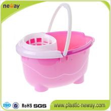 Exprimir el cubo de plástico con fregona