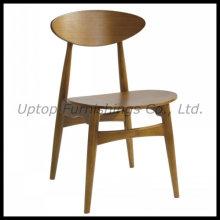 Cadeira de madeira Hans Wegner usada no restaurante (SP-EC726)