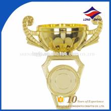 Venda por atacado ouro design plástico troféu signo de arte troféus