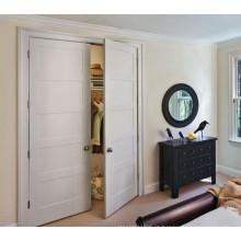 Porta pintada de branco com porta dupla e porta de trilho