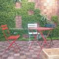Natürlicher Holzrahmen für Außenmöbel im Garten