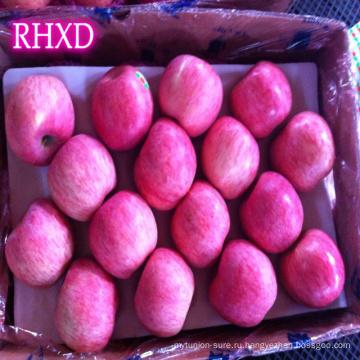 сверху красное яблоко свежий полосатый яблоки