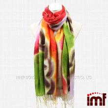 Рука очарованной леди покрасила шарф кистевой шалью