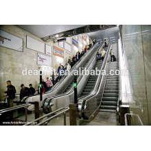 Escalera mecánica del centro comercial con iluminación del panel de la camisa
