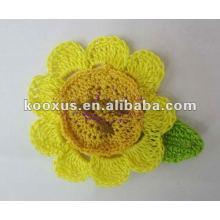 Flor hecha a mano del accesorio de la manera del ganchillo