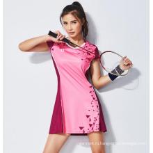 Розовая роза в тон спортивной одежды