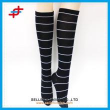 Heiße verkaufenfrauen-Art- und Weisestreifen-Stiefel-Strumpf / weiche Bein-Abnutzung