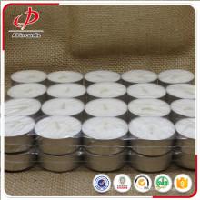 Bougie parfumée blanche de Tealight dans la tasse en aluminium