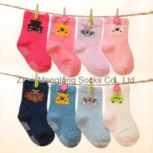 Cute dibujos animados niños calcetines de algodón con puntos antideslizantes por mayor buena calidad y precio competitivo