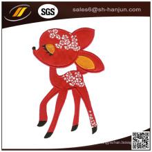 Karikatur-Tier, das auf vollem Stickerei-Flecken näht